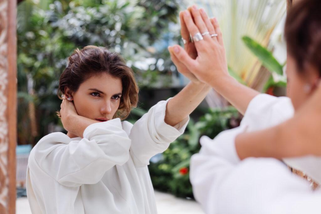 Mujer tocando el espejo